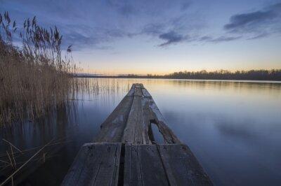 Cuadro puente de madera sobre un río en la mañana