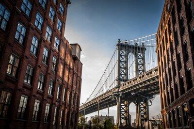 Cuadro Puente de Manhattan visto desde un estrecho callejón rodeado por dos edificios de ladrillo en un día soleado en verano