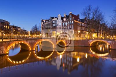Puentes sobre canales de Amsterdam por la noche