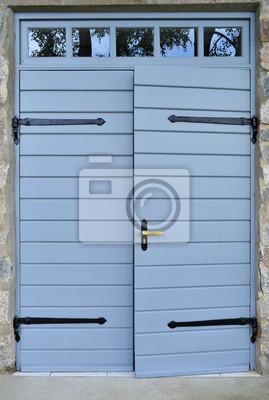 Puerta de madera con la cortina de forjado