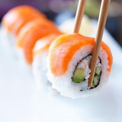 Cuadro recoger una pieza de sushi con los palillos