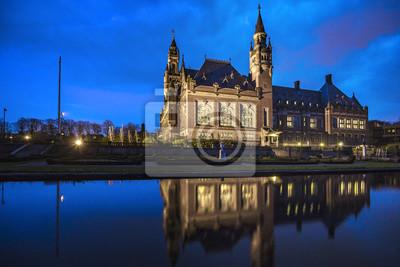 Reflexión del Palacio de la Paz, sede de la Corte Internacional de Justicia, situada en La Haya, Países Bajos