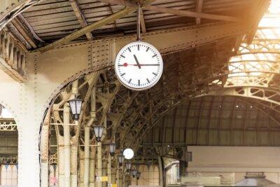 Cuadro Reloj de la vendimia en la estación de tren con techo del edificio.