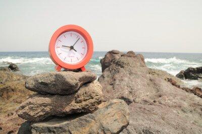 Reloj Rojo cerca de la costa