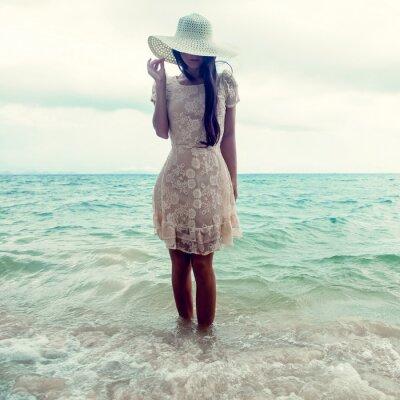 Cuadro retrato de la moda de una niña en el mar