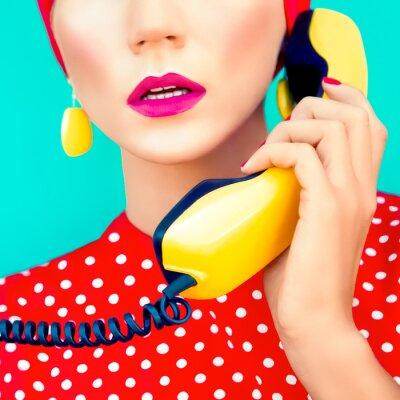 Cuadro retrato de primer plano de una chica retro con teléfono