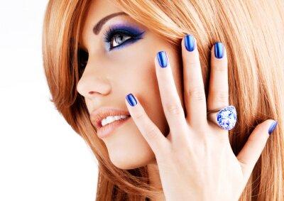 Cuadro retrato de una bella mujer con las uñas de color azul, maquillaje azul
