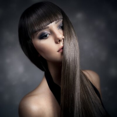 Cuadro Retrato de una hermosa mujer morena con el pelo largo y liso