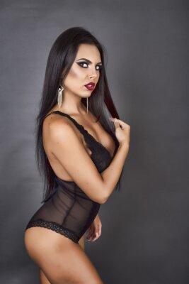 Cuadro Retrato de una mujer morena sensual posando en negro sexy linger