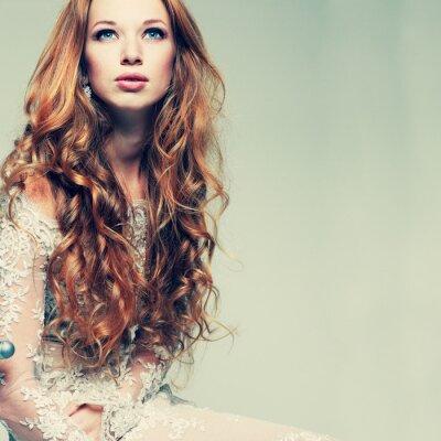 Cuadro retrato elegante chica pelirroja está en ropa de encaje