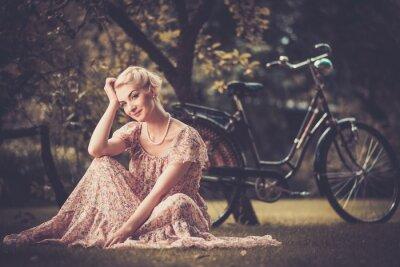 Cuadro Retro mujer elegante en vestido de verano