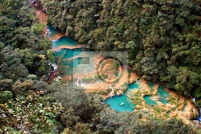 Río y pequeños lagos en Guatemala