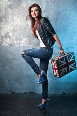 Cuadro Roca mujer joven con la maleta con la bandera británica