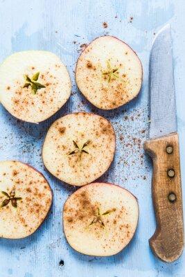 Cuadro Rodajas de manzana orgánica fresca con canela en la mesa