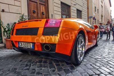 Cuadro Roma, 23 de octubre de 2010: Un Lamborgini está estacionado en una calle de adoquines.