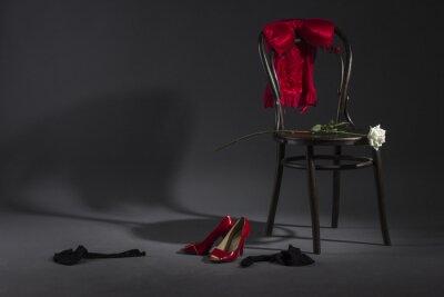Cuadro Ropa interior atractiva, zapatos y una rosa blanca en una silla retro.