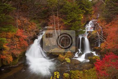 Ryuzu cae cerca de Nikko, Japón en otoño