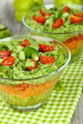 Cuadro Sabrosa ensalada con verduras frescas en la mesa de madera