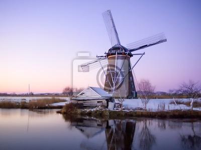 Salida del sol del molino de viento en Holanda