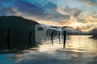 salida del sol sobre el lago