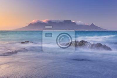 Salida del sol sobre la montaña de la tabla y Ciudad del Cabo