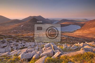 Salida del sol sobre las montañas Morne y lagos en Irlanda del Norte