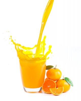 Cuadro salpicaduras de jugo de naranja con naranjas sobre fondo blanco