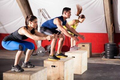 Cuadro Saltando ejercicios en un gimnasio