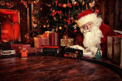 Santa juega con el ferrocarril