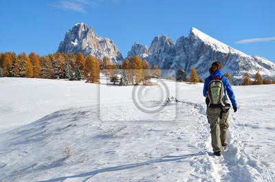 Senderismo en los Dolomitas en otoño