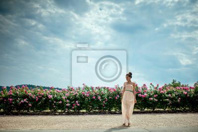 señora con rosas