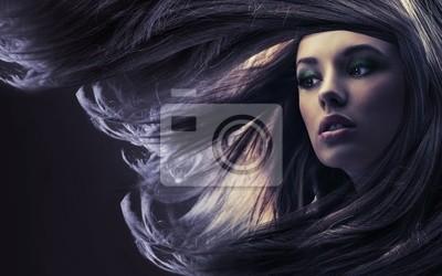 Cuadro Señora hermosa con el pelo largo y castaño, a luz de la luna