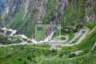 Serpentina en los Alpes. Suiza