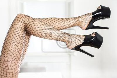 705f3a32d Cuadro: Sexy piernas con medias de red negras y tacones altos fetiche