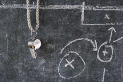 Cuadro silbido de fútbol o árbitro de fútbol en una pizarra con el diagrama táctico