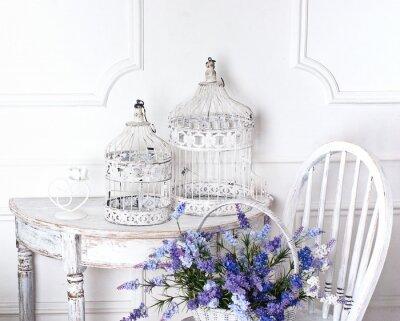 Cuadro silla de la vendimia y una mesa con flores en las jaulas frente y