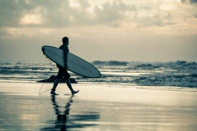 Cuadro silueta surfista durante la puesta de sol