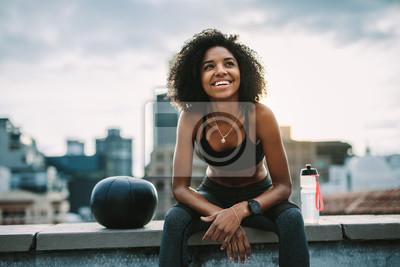 Cuadro Smiling woman athlete taking a break during workout