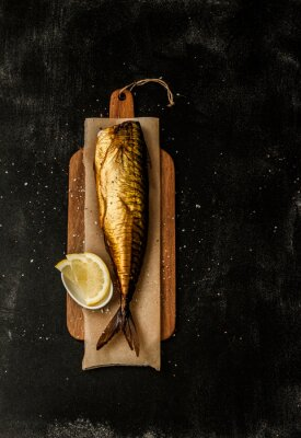 Cuadro Smoked mackerel and lemon slices on black from above