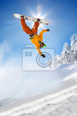 Cuadro Snowboarder saltando contra el cielo azul