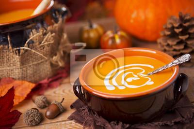 Sopa de calabaza hecha en casa en una mesa rústica con decoraciones de otoño