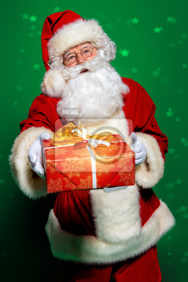 sosteniendo la caja de regalo