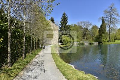 Superbe paseo le long de l'Etang du Moulin près de l'ancien moulin à eau aux Jardins d'Eau d'Annevoie