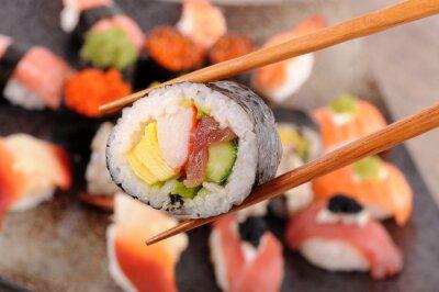 Cuadro Sushi Futomaki en poder de los palillos