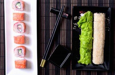 Cuadro Sushi rollos en un plato