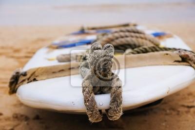 tabla de surf en la arena