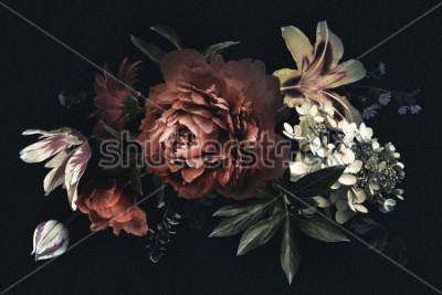 Cuadro Tarjeta vintage floral con flores. Peonías, tulipanes, lirios, hortensias sobre fondo negro. Plantilla para el diseño de invitaciones de boda, saludos navideños, tarjetas de presentación, embalajes de