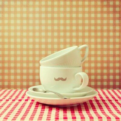 Cuadro Tazas de café con bigote inconformista sobre mantel a cuadros