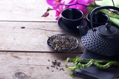 Cuadro Té verde en tazón y té asiático tradicional establecido en madera de edad