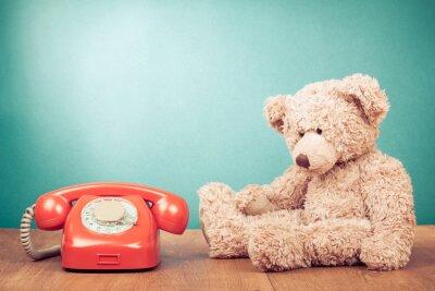 Cuadro Teléfono rojo retro y oso de peluche cerca de la menta verde de la pared